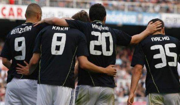 Liga : Real Madrid - Valence -> 6-3 ( Benzema 23' - Higuain 31, 42' et 53' - Kakà 39' et 62 ). C'est avec une équipe quasi B que le Real c'est imposé sur la pelouse de Valence, les titulaires habituels ont donc pu se reposer avant le choc de mercredi contre Barcelone ( Cette fois ci le match ne sera pas diffusé sur une chaine crypté mais sur TF1 à partir de 20h45 ). Il n'y a pas beaucoup de photos de Cristiano puisqu'il est rentré à la 67ème minute, j'ai mi quelques photos des autres joueurs :).