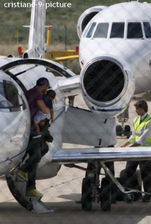 Cristiano arrive à Lisbonne avec son petit garçon