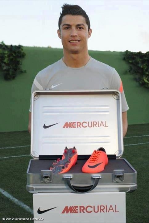 Cristiano présente ses nouvelles Mercurals sur son Facebook.
