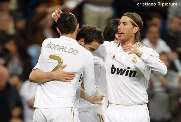 Après deux nuls consécutifs, le Real Madrid a fait exploser la Real Sociedad (5-1 : Higuaín 6' /  Cristiano 32' et 56' / Karim Benzema 40' et 49' ) à Santiago-Bernabeu lors de la 30e journée de Liga. Les hommes de José Mourinho conservent six points d'avance sur le FC Barcelone