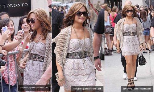 Demi quittant son hôtel à Toronto.