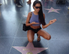 Nabilla : elle rend homage a Bruce Lee a Hollywood Boulevard !