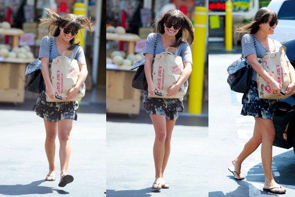 01 Septembre : Lea toute souriante et cheveux au vent est allée faire son marché. Trop mimi avec sa petite jupe. Qu'en pensez-vous ?