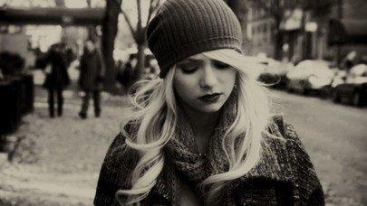 Ne la laisses pas tomber, elle est si fragile, être une femme libérée ♫