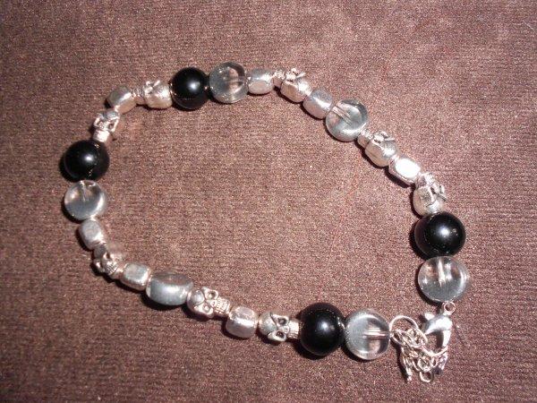 et voici le petit dernier perles en métal avec tête de mort  et perles en verre