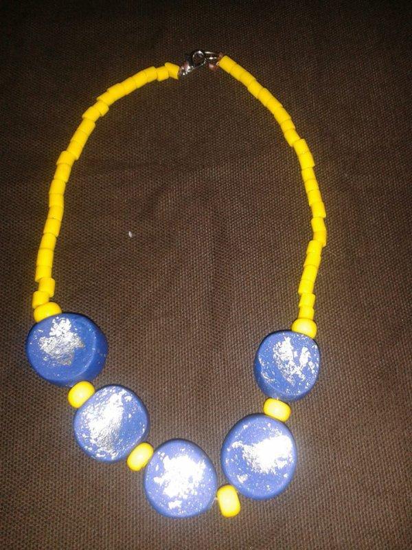 collier en perles et en perles en fimo bleues