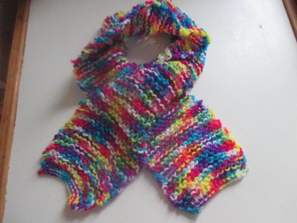 voici la 2ème c'est une petite écharpe pour la laine je l'ai acheter pas chère qur le marché en bas de chez moi donc je ne sais pas la marque