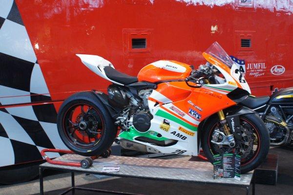 Des jolis gros cubes au salon de la moto...........