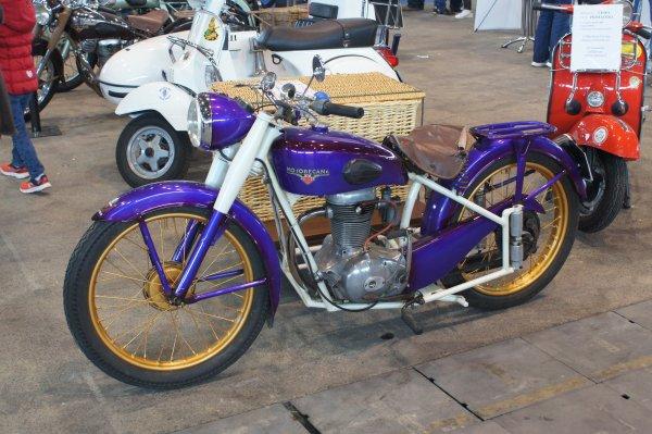 Pas mal de motos anciennes, voire très anciennes.........