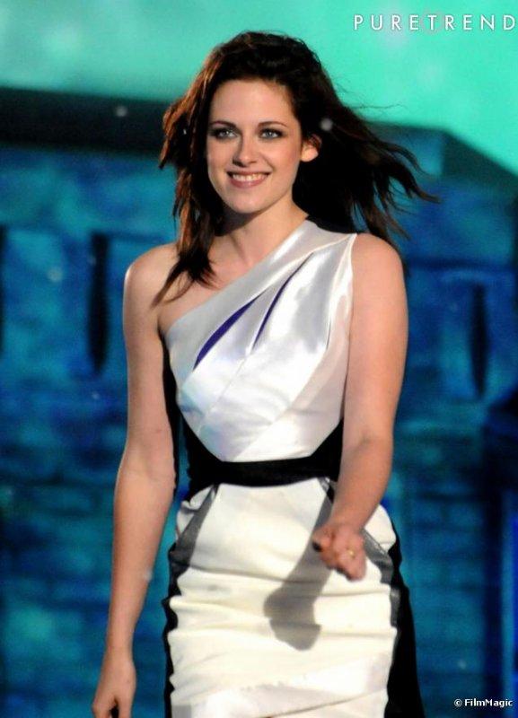 Tout se que je peut dire c'est MAGNIFIQUE! Elle y va d'un pas assurer! Et sa tenue est parfaite! Brovo Kristen! ^^