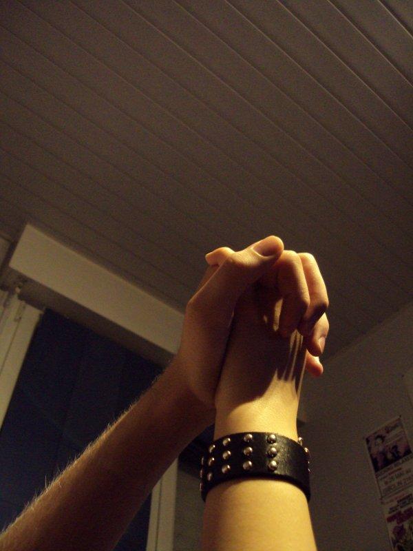 ♥ ~ Hey , Chou Si Je Vis Tu Vis Avec Moi , Si Je Pleure Tu Pleure Avec Moi , Si Je Ris Tu Ris Avec Moi , Mais Si Je Meur S'il te plait Ne Me Rejoin Pas. Tu C'est , Je Me Suis Attachée A Toi Alors Rejoins Moi Vite Dans Ce Monde Pour Ne Pas Quiter Ma Main ... ~ ♥