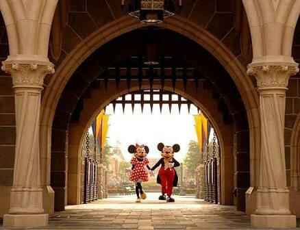 Quand on se prend en photo à côté de Mickey, est-ce que l'homme à l'intérieur de Mickey sourit ?