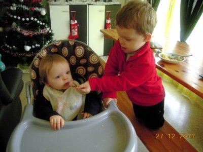 Lohan donne a manger a son frère trop mimi