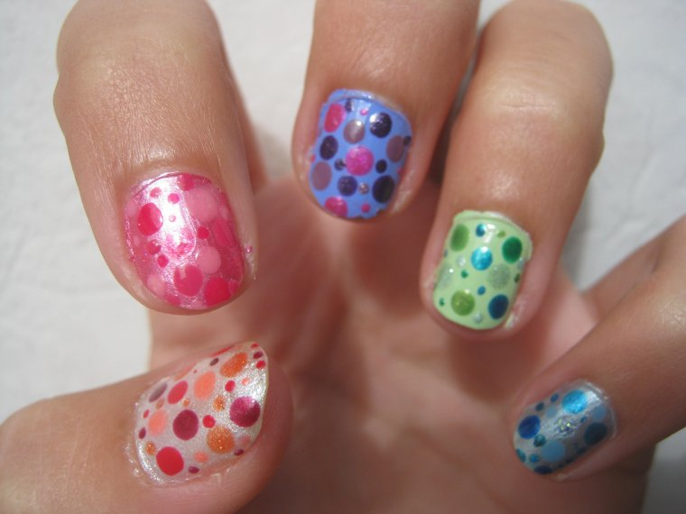 Nail Art Pois multicolores.
