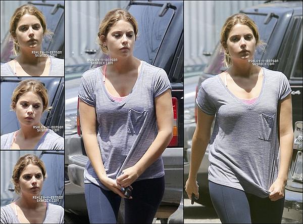 CANDIDS . Le 22/07/13 : Ashley vue en quittant son cours de sport . Toujours le 22/07/13 : Ashley s'est rendue à l'anniversaire de son amie Selena