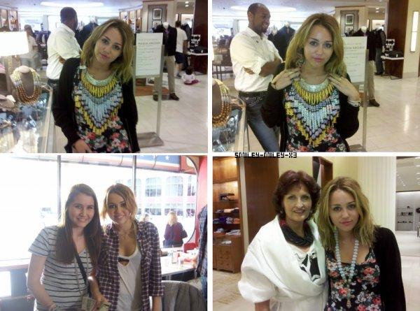 29.08 : Miley a une fois de plus été photographiée par des fans alors qu'elle se promenait dans le Michigan, retrouvez donc 2 nouvelles photos avec des fans ainsi que 2 photos d'elle :)