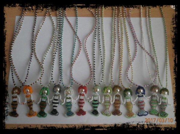 "Colliers "" SIRENE "" en perles de rocailles."