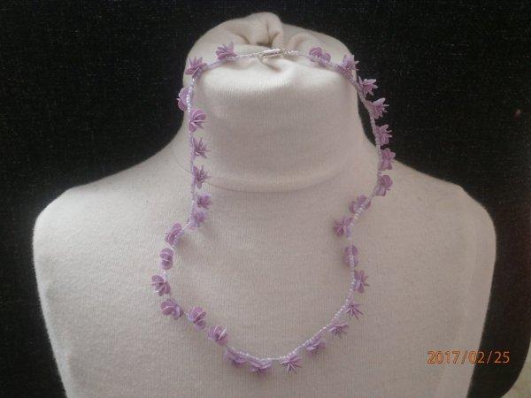 """Colliers """" Petites fleurs """" en perles de rocailles et paillettes."""
