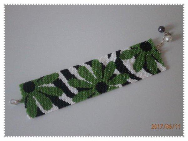 """Bracelet manchette """" fleurs vertes """" en perles miyuki."""