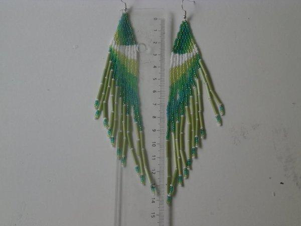 Boucles d'oreilles long verte et blanche en perles de rocailles.