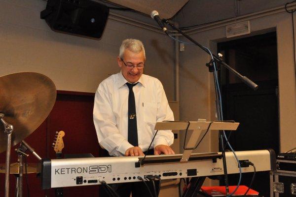 Gégé, Guitariste, claviériste et chanteur Français/Anglais.