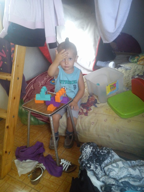 mon fils joué à la chambre.