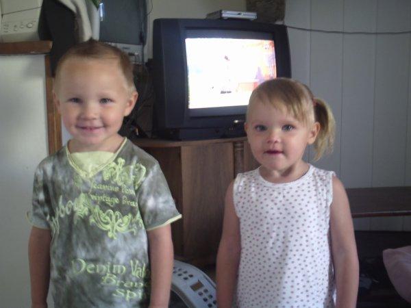 mais deux bébé ryan avec sa petit soeur noemie