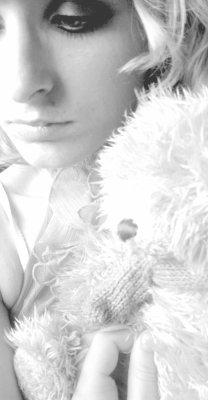 _- * SOmbré dans sOn désespOir. Ses pensées , ses rêveries , tOute une histOire , un désespOir. Une envie , un sOurire , un simple bOnheur passé. Un simple bOnheur devenue ignOble.Un passé , une page déchiré. _-*