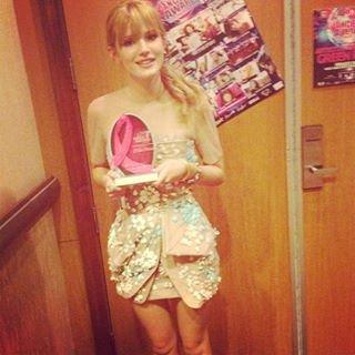 NEW: photo de la m.a.g.n.i.f.i.q.u.e Bella reçevant un prix à las vegas le 03.07.13 Coté tenue: elle portait une robe beige courte pour cette tenue je lui attribue un BOF. (découvrez sous cette article la note de la tenue.)