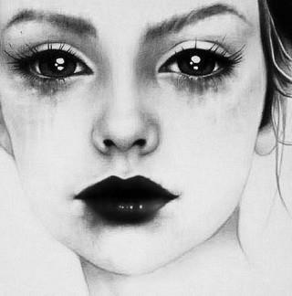 Elle était fatiguée, elle aurait du poser ses coudes sur le bureau elle aussi, et lui raconter lavérité. Lui dire que si elle ne mangeait plus, ou si peu, c'est parce que des cailloux prenaient toute la place dans son ventre. Qu'elle seréveillaitchaque jour avec l'impression demâcher du gravier, qu'elle n'avait pas encore ouvert les yeux, que déjà, elle étouffait. Que déjà le monde qui l'entourait n'avait plus aucune importance et que chaque nouvelle journée était comme un poids impossible à soulever. Alors elle pleurait. Non pas qu'elle fut triste, mais pour faire passer tout ça. Les larmes, ce liquide finalement, l'aidaient à digérer sa caillasse et lui permettaient de respirer à nouveau.  Anna Gavalda