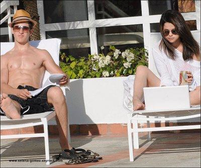 Selena et David Henrie se reposant au bord de la piscine de leurs hôtels à Puerto Rico...Sa date mais ce sont les bons souvenirs  ;)