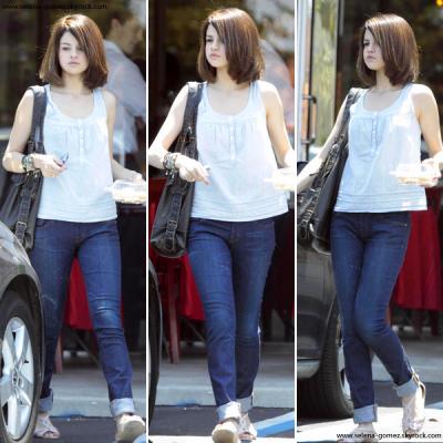 Selena sortant du Whisper Cafe où elle a acheté des macarons avant d'aller au Time For Heroes.