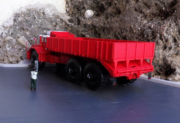 Berliet T100 N°1  pour le rouge, le blanc a été restauré avec le peu de pièces que j'avais.