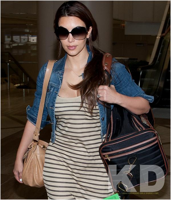 .  CANDIDS 06.08.11 : Kim a l'aéroport LAX de Los angeles.  .