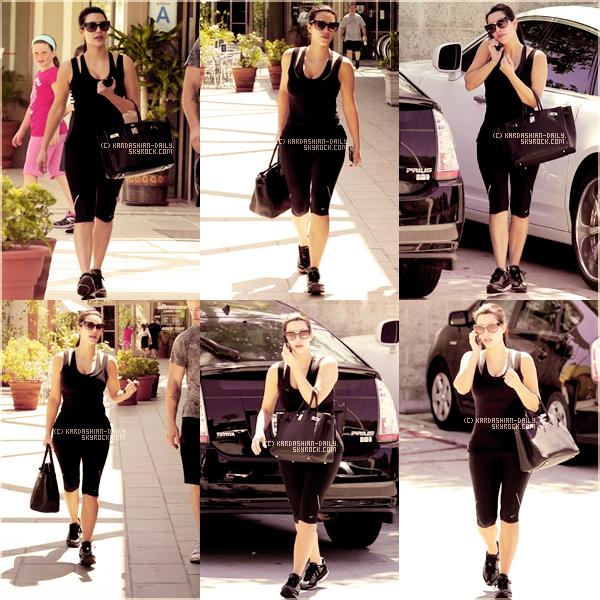 .  CANDIDS 14.08.11 :  Kim a été photographiée quittant la salle de sport à Los Angeles. .
