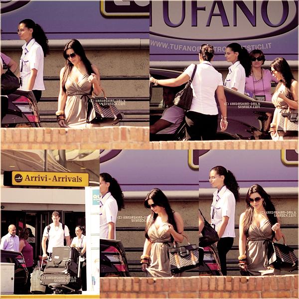 .  23.08.11 : Kim et Kris Humphries ont été photographiés à l'aéroport de Naples, en Italie.  .