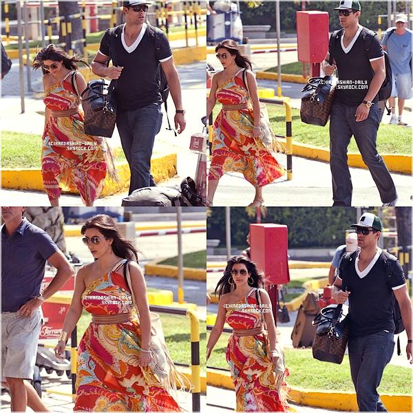 .  CANDIDS 26.08.11 : Kim et Kris quitte Naples pour rentrer aux USA. .