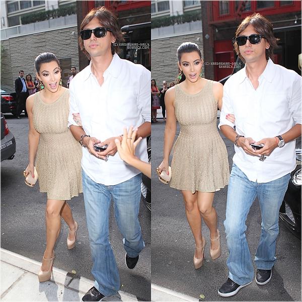 .  CANDIDS 02.09.11 :  Kim a été photographiée par les paparazzis à Manhattan. Top ou Flop ?  .