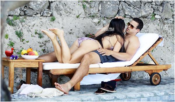 .  Ajout de photos :  Kim et Kris se relaxant à Capri, le 23 août dernier.  .