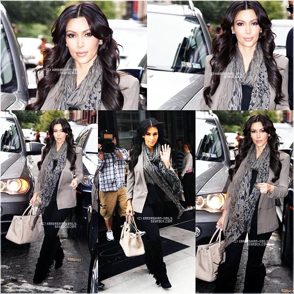 .  CANDIDS 17.09.11 : Kim a été aperçue quittant son hôtel à Manhattan afin de rentrer chez elle à L.A.  .