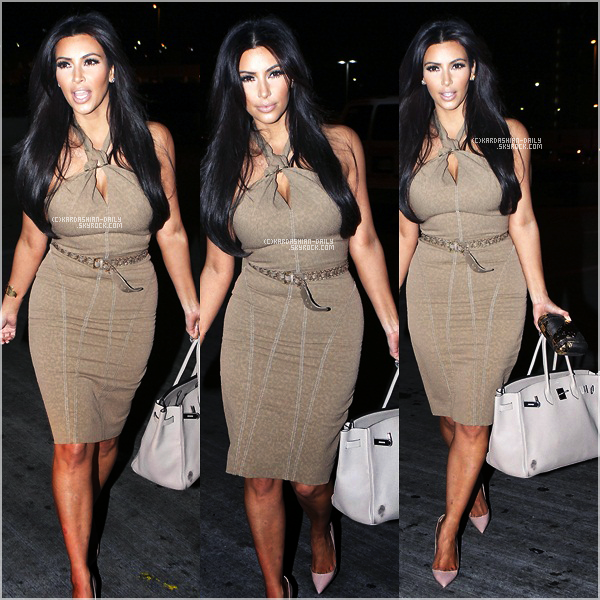 .   CANDIDS 19.09.11 :  Kim arrive à  l'aéroport LAX de Los angeles. .