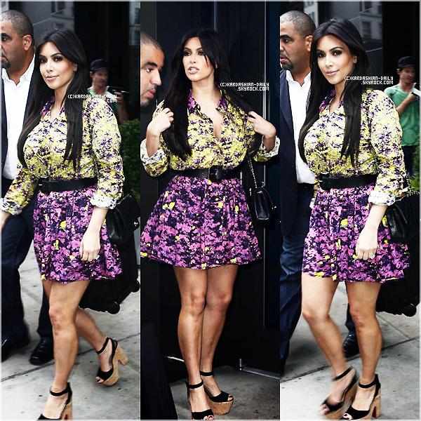 .  CANDIDS  :  Kim a été photographiée quittant son hôtel à New-York. .