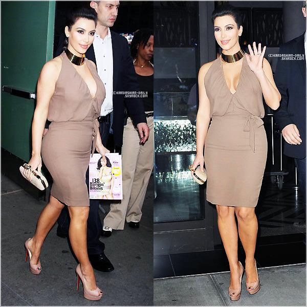 .  CANDIDS 10.10.11 : Kim a été photographiée par les paparazzis à New-York.  .
