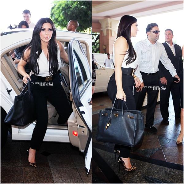 .  CANDIDS 11.10.11 : Kim a été photographiée par les paparazzis arrivant à Dubai.  .