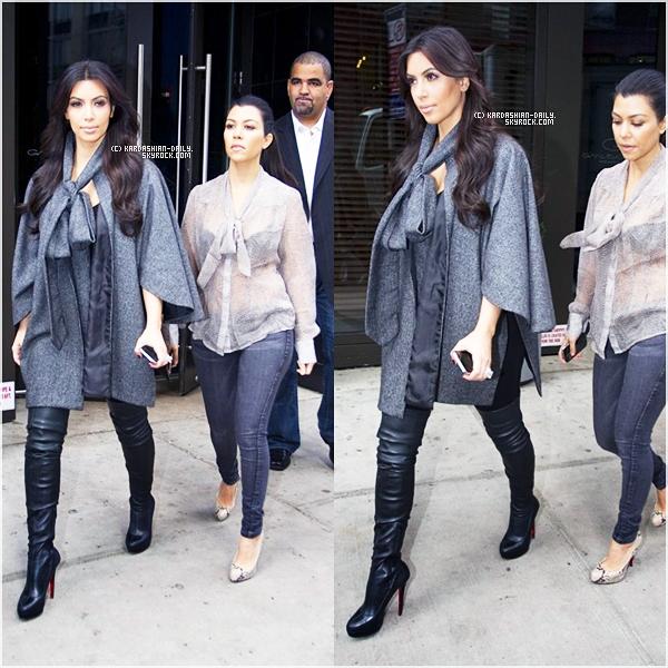 .   CANDIDS 20.10.11 : Kim et Kourtney Kardashian ont été aperçues quittant leur hôtel à New-York. .