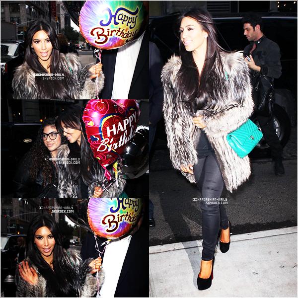 """.   CANDIDS 21.10.11 : Kim accueillie par des fans avec des ballons """"Happy Birthday"""" à son hôtel à NYC. ."""