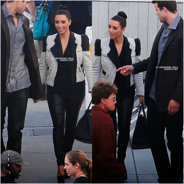 .   CANDIDS 24.10.11 : Kim a été photographiée par les paparazzis à Los Angeles. Top ou Flop ?  .
