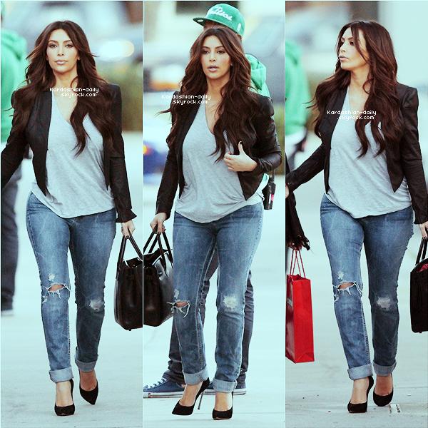 _ ► Candids 08.03.12   : Kim photographiée seule dans les rues de Los Angeles.  Kim avait une journée chargée en raison du tournage de la pub pour Midori.  _