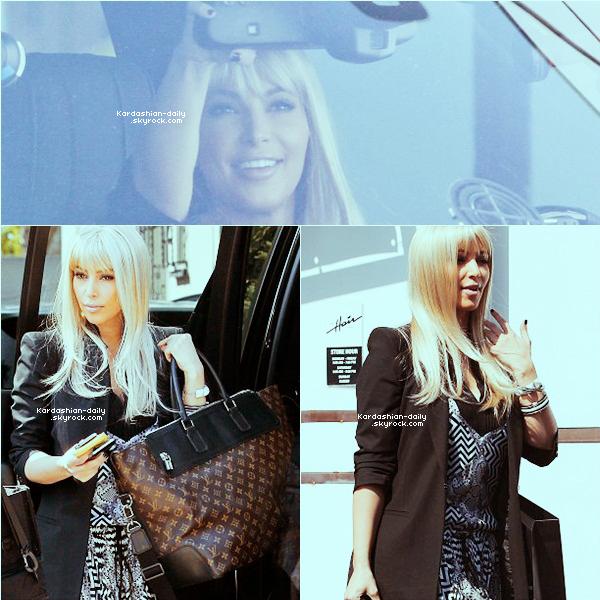 _ ► Candids 12.03.12   : Kim a été photographiée par les paparazzis dans Hollywood. Elle a été aperçue allant à une boutique pour s'acheter une perruque blonde. Qu'en pensez-vous?  _