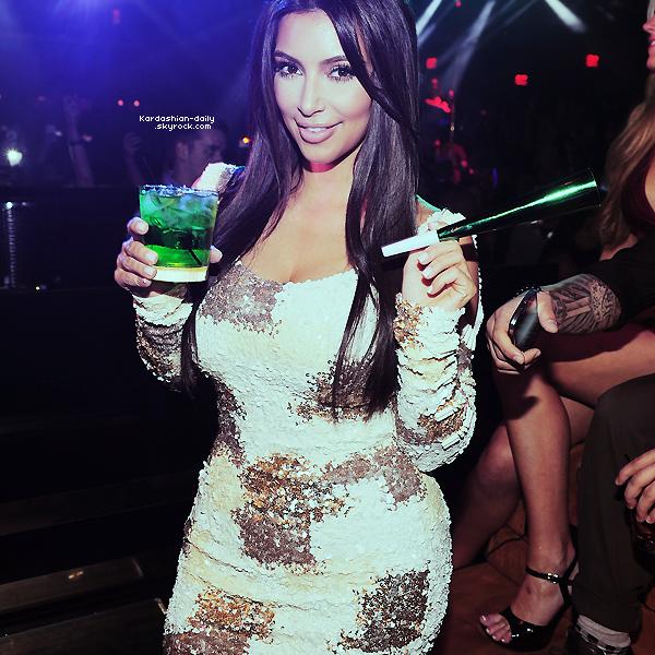 """_ ►Apparition 16.03.12 : Kim à l'hotel Mirage de Las Vegas pour la fête d'anniversaire de son frère.  Kim en a profiter pour se rendre à """"Kardashian Khaos"""" avec Kris Jenner ainsi qu'avec Kendall et Kylie. _"""